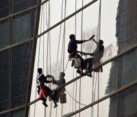 Bub durchtrennte Seil von Fassadenarbeiter