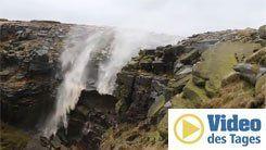 Sturm bläst einen Wasserfall zurück