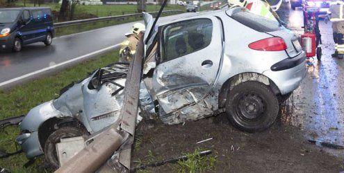 Unfall auf der A14 bei Klaus: Pkw schiebt sich unter die Leitplanke
