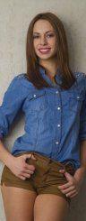 Gloria (18) aus Dornbirn führt ihr Jeanshemd am liebsten mit lässigen Shorts aus – ein echter Hingucker.  Foto: VN/Paulitsch; Styling: Chiara Bitschnau