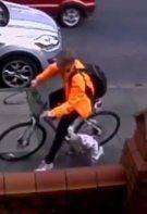 Radfahrer fährt 3-Jährige um und schleift sie mit – seine Reaktion ist schlicht unfassbar