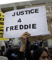 Tod durch Polizeigewalt: Sechs Polizisten angeklagt