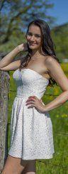 Isabella aus Wolfurt macht in ihrem frühlingshaften Spitzenkleid eine gute Figur.   Foto: VN/Paulitsch Album description