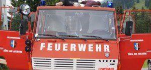 Eine Feuerwehrauto geht auf Reisen.