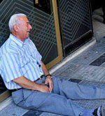 Weinender Pensionist berührt die Herzen
