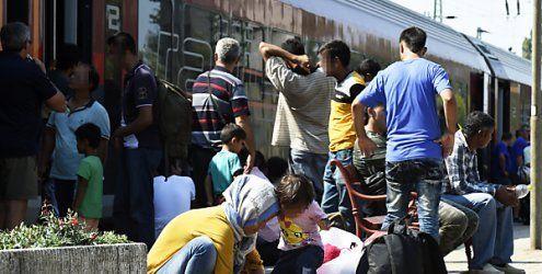 Zug an Österreichs Grenze mit hunderten Flüchtlingen gestoppt