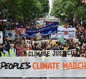 Zehntausende demonstrieren in Melbourne vor Klimagipfel