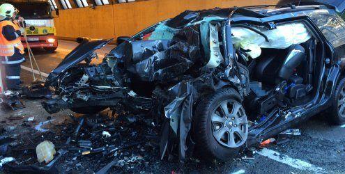 Tödlicher Unfall auf S16: Pkw kracht frontal gegen Tunnelportal