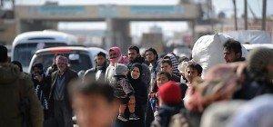 Tausende Syrer harren vor Grenzübergang zur Türkei aus