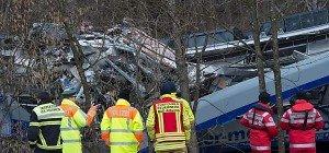 Helfer setzen Bergung von Trümmern nach Zugsunglück fort