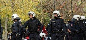 Messerstiche bei Bregenzer Kurden-Demo: Angeklagter bestreitet die Tat