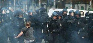 Demonstranten in Berlin bewarfen Polizisten mit Steinen