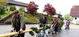 Gestohlener Maibaum auf Rollatoren zurückgeholt