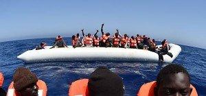Flüchtlingsboot vor Küste Libyens bei Rettungsaktion gekippt
