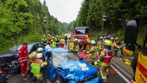 Unfall auf L200: Drei Verletzte und zwei PKW mit Totalschaden