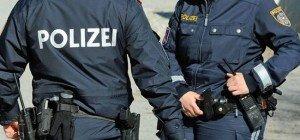 Frau attackierte unbeteiligten Mann, Polizistinnen und Rettung in Floridsdorf
