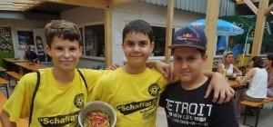 Junge Fußballhelden unter sich