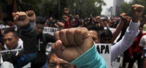 Auf Knien vor Demonstranten: Lehrer in Mexiko demütigten Polizisten