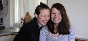 Fabienne und Anna suchen nach Mopedunfall ihre Ersthelfer