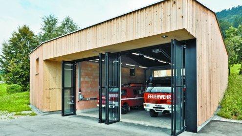 Schlicht, einfach, funktionell: Als Stadel getarntes Feuerwehrhaus