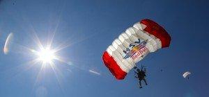 Über Thalgau ist der Himmel bunt: Fallschirm-Zielsprung-Weltcup zu Gast