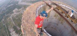Extremkletterer Cernescu fährt mit Einrad auf 260-Meter-Schornstein