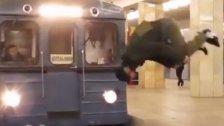 Krasses Video: Salto vor fahrender U-Bahn