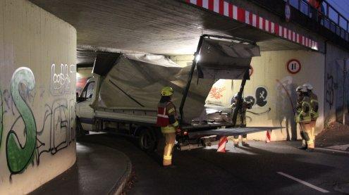 In der Höhe verschätzt: Lkw blieb in Bahnunterführung stecken