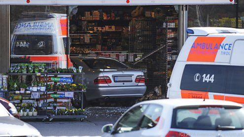 Tirol: Auto-Lenker (77) krachte durch Supermarkt-Glasfassade