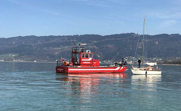 Vorarlberg: Segelboot im seichten Gewässer auf Grund gelaufen