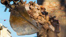 Baggerfahrer von Stein getroffen: Schwer verletzt