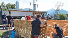 Zimmererlehrlinge bauen Brücke für Sunnahof