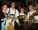 """Blasmusikfans feiern die """"Lochauer Bierblosn"""" auf der Alten Fähre"""